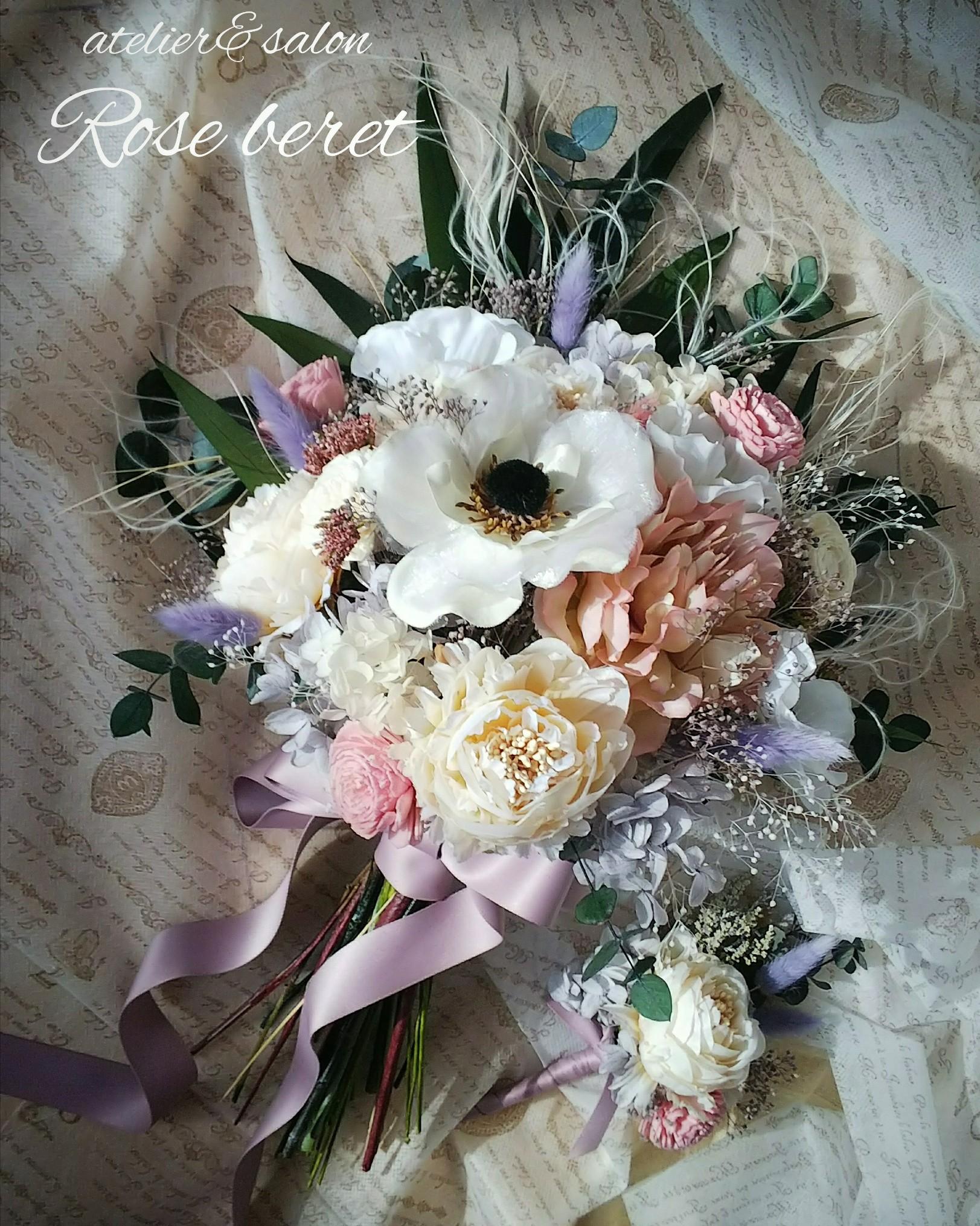 ブライダルブーケ 人気のアネモネを主役に。 ナチュラルなクラッチブーケです。 どんなスタイルのドレスにも あわせ安いカラーになっています。 アーティフシャルフラワー(高級造花)とプリザーブドフラワーを使用しています。
